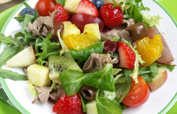 insalata con frutta e carne