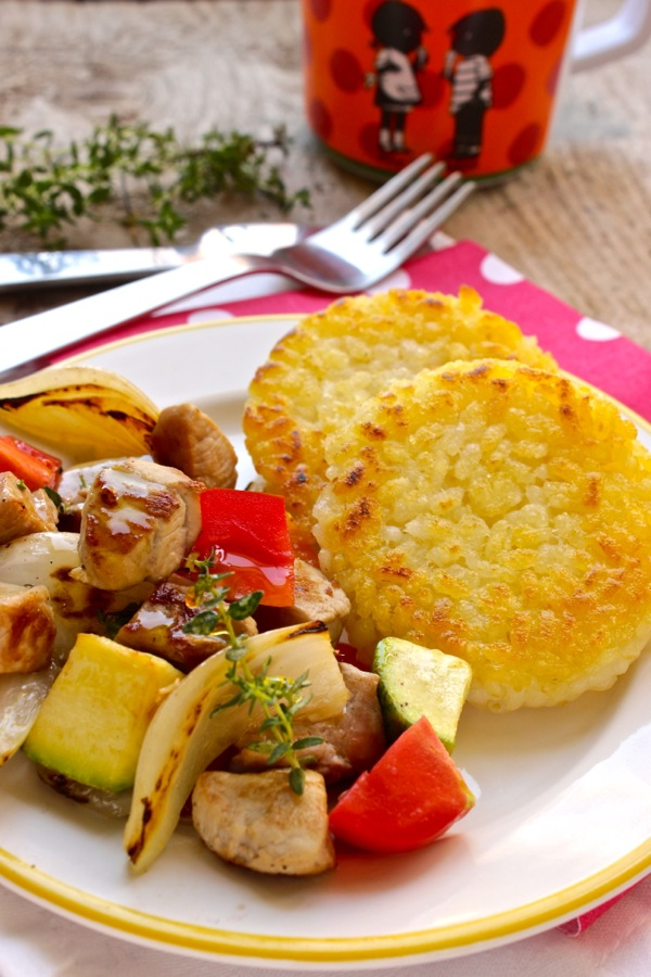 tortine di riso croccanti con verdure e carne grigliate