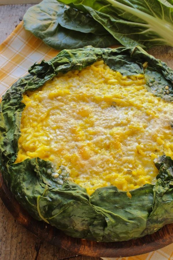 torta di riso gialla con guscio di foglie di bietta