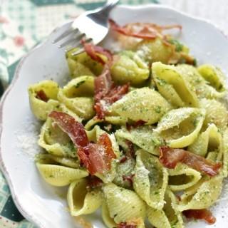 Alla Prova del cuoco: conchiglie con pesto di spinaci , anacardi e speck croccante