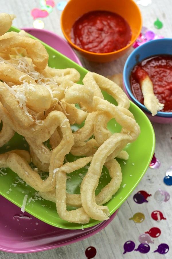 Spaghetti di pizza fritti con salsa al pomodoro