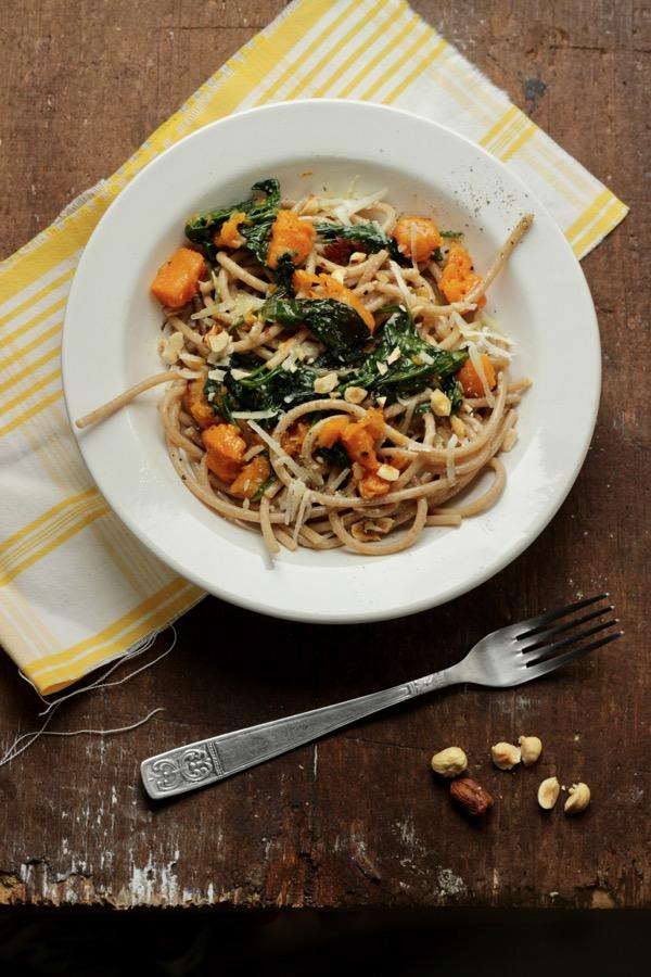 spaghetti integrali con zucca spinaci e nocciole tostate