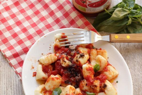 Gnocchi di ricotta al pomodoro con polvere di olive taggiasche