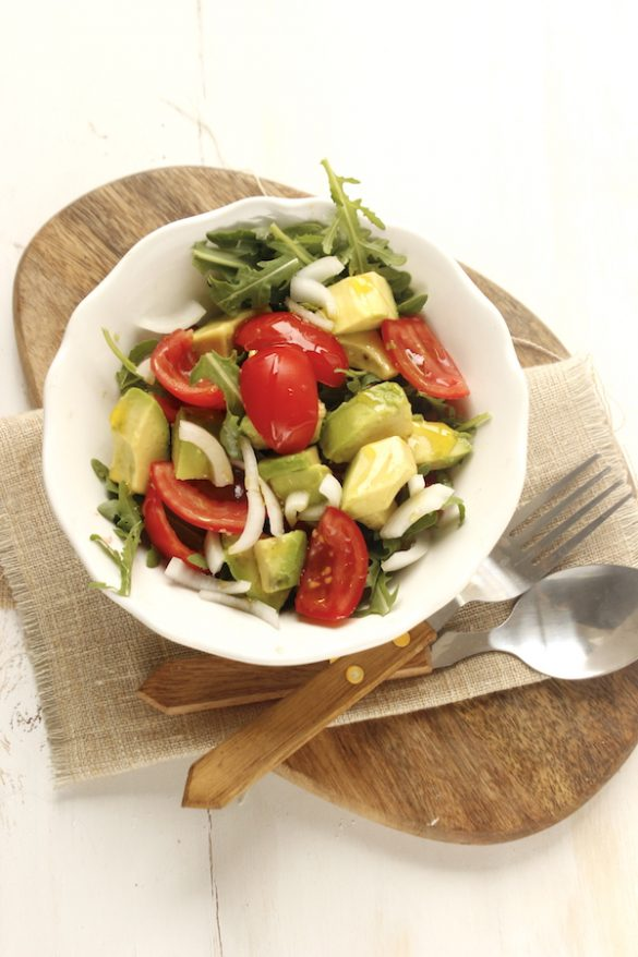 Insalata con avocado pomodori e cipolla